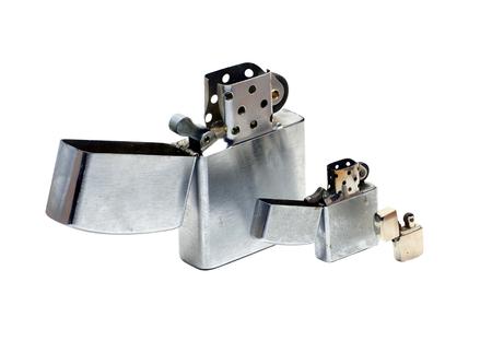encendedores: Tres tamaños diferentes de encendedores metálicos con tapa de abrirse