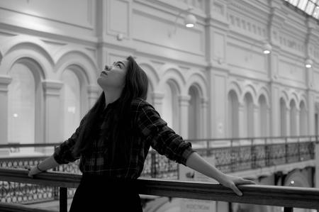 baranda para balcon: Girl looking up on the balcony in black and white