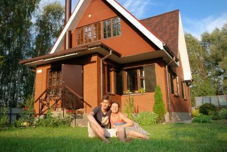 jeune couple assis près de la nouvelle de leur maison