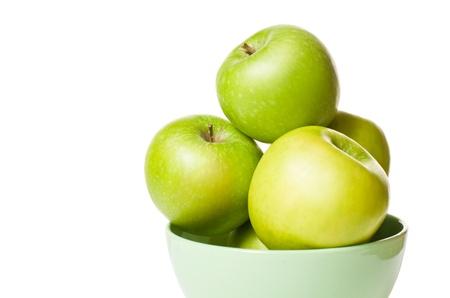 Bos van vers groene appels geïsoleerd op wit.