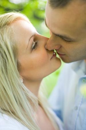 hombres besandose: Retrato de la joven pareja compartir un beso rom�ntico. Foto de archivo