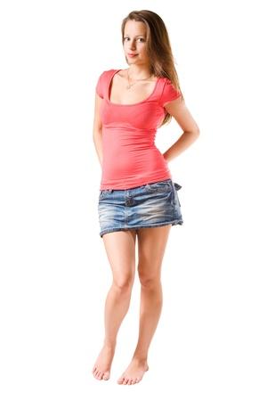 minijupe: Belle mignonne jeune brune fille posant, isol� sur fond blanc.