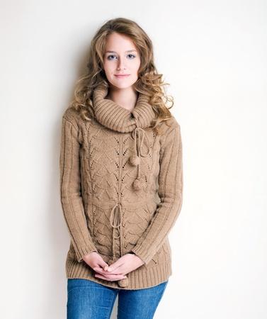 sweater: Retrato de un confindent buscando chica de moda de invierno.