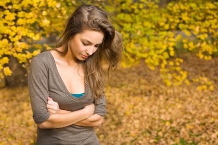 Porträt von wunderschönen jungen Brünette schaut, posiert im Park von Herbst. Standard-Bild