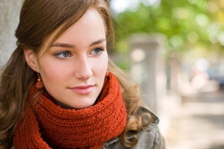 shawl: Mooie modieuze jonge meisje poseren in de straat bij de herfst.