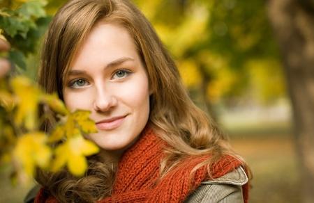 fille pull: Closeup portrait de femme � la mode belle � l'automne parc.