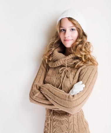 sueteres: Hermosa joven rubia confidente en traje de invierno de moda.