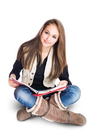 high school students: Retrato de una bella chica linda joven estudiante de estar y de lectura.