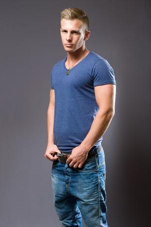 tough: Tipo duro, retrato de hombre joven en forma musculosa.