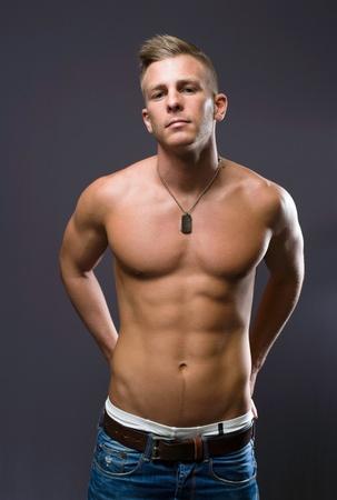 torso nudo: Il tuo personal trainer, ritratto di un uomo molto in forma giovane e bello. Archivio Fotografico