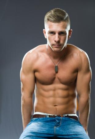 torso nudo: Ritratto di un molto in forma, strappato giovani muscoli flessori uomo. Archivio Fotografico