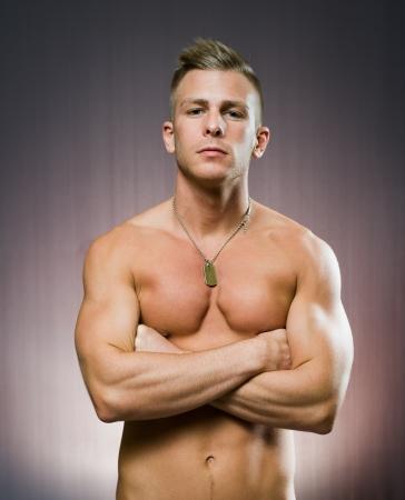 hombres sin camisa: Su entrenador personal, el retrato de una forma muy apuesto joven. Foto de archivo