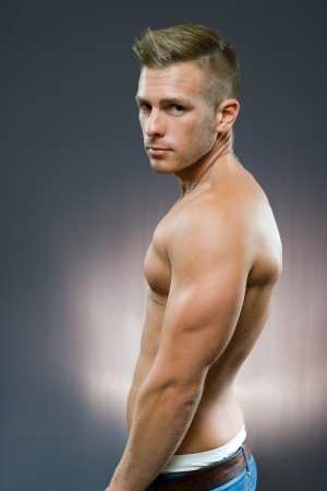 hombre sin camisa: La mitad retrato de lenth de ajuste apuesto joven. Foto de archivo