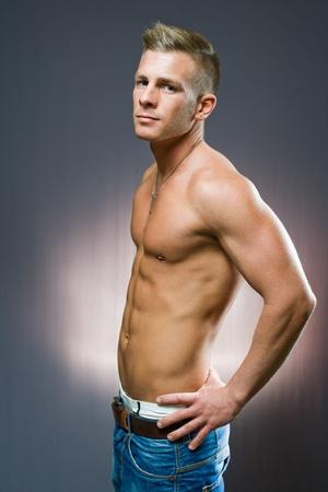 torso nudo: Mezza lunghezza ritratto il profilo di inclinazione dell'uomo fit giovane.