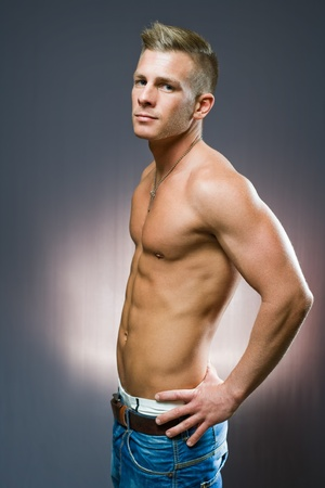hombre sin camisa: Retrato de medio perfil de la longitud de la inclinación del hombre joven en forma.