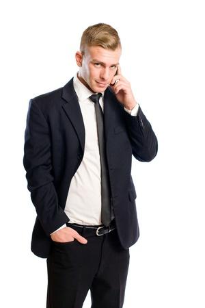 La moitié longueur portrait d'un homme d'affaires jeune et beau en utilisant son téléphone portable.