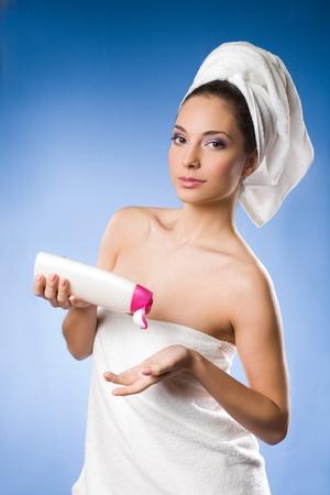 personas banandose: Joven y bella mujer morena después de aplicar la crema hidratante de spa