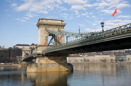 szechenyi: El hist�rico Puente de las Cadenas Szechenyi dispar� desde el lado de Pest. Foto de archivo