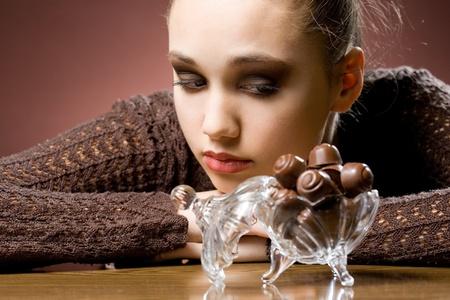 manjar: Gorgoeus joven, morena, amante de chocolate dulce sabroso. Foto de archivo