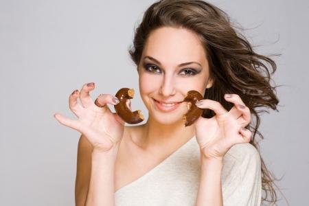 heartbreaker: Retrato de un chocolate sensual, amorosa chica morena.