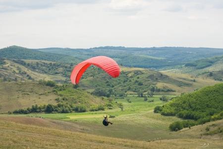 parapente: Tomas de acción de parapente diversión al aire libre en la naturaleza.