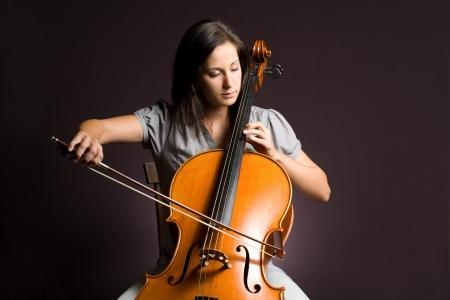 Artista apasionado real, mujer joven tocando su instrumento clásico.
