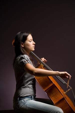 cello: Appassionato vero artista, giovane donna suonare il suo strumento classico.