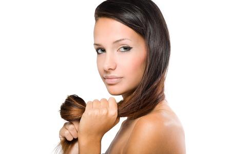 tratamiento capilar: Closeup retrato de una bella morena con el pelo sano y brillante. Foto de archivo