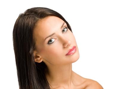lip shine: Bella giovane donna bruna in trucco e lucentezza labbro.
