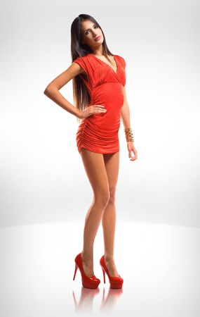 Portrait von sehr modische schlanke Br�nette Sch�nheit in red hot Kleidchen. photo