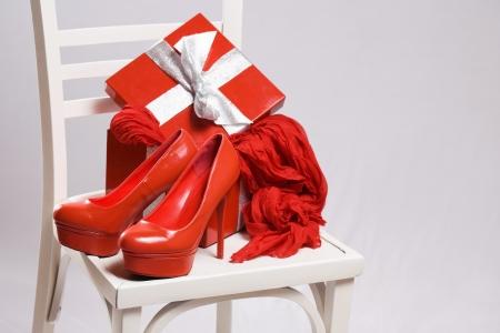 shoe boxes: Surtido de regalos rojos calientes femeninos Navidad con caja de lujo. Foto de archivo