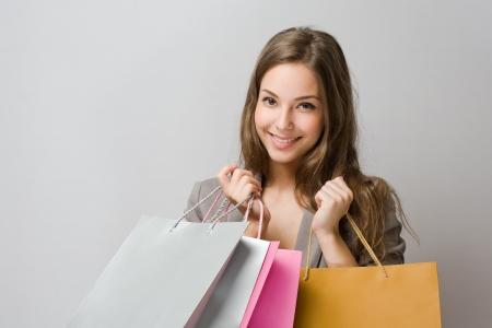 chicas comprando: Retrato de elegante hermosa morena joven comprador.