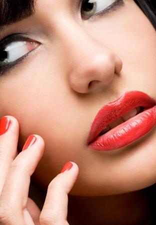 lip shine: Semi astratto closeup ritratto della splendida bruna con lucentezza labbro sorprendente, concentrarsi sulle labbra Archivio Fotografico