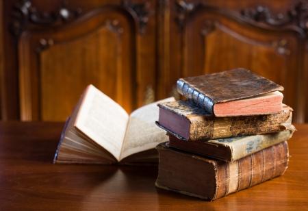 cobradores: Conocimientos antiguos, mont�n de estilo, coleccionistas desgastadas item libros antiguos. Foto de archivo