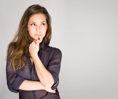 frau denken: Portrait einer attraktiven modischen jungen Frau, br�nett