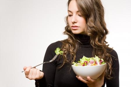 ensalada verde: Hermosa morena joven con ajuste plato de ensalada verde. Foto de archivo
