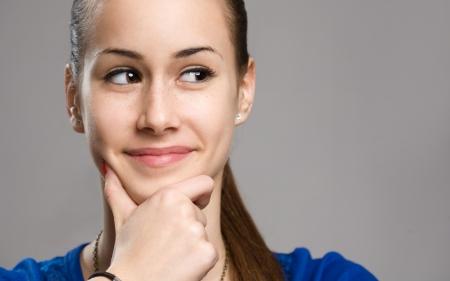 mujer pensando: Retrato expresivo de la muchacha linda joven morena adolescente.