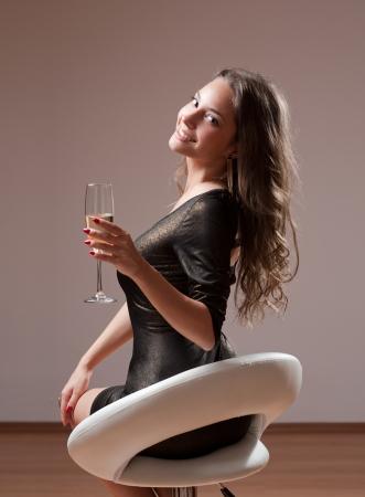 Portrait der sinnlichen festlichen junge Brünette mit einem Glas Champagner Standard-Bild