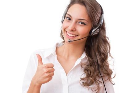 ヘッドセットを着てフレンドリー オフィスの女の子の笑顔の肖像画。