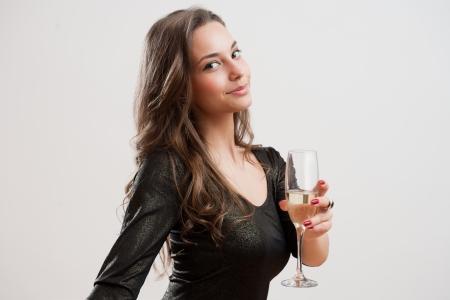 Portrait der attraktiven niedliche party Mädchen mit einem Glas Champagner .. Standard-Bild