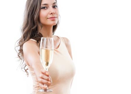 брюнетка: Портрет привлекательная молодая праздничного брюнетка, предлагая стакан шампанского.