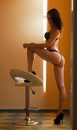 culotte fille: Lingerie coup de jeune femme brune avec un corps mince parfait. Banque d'images