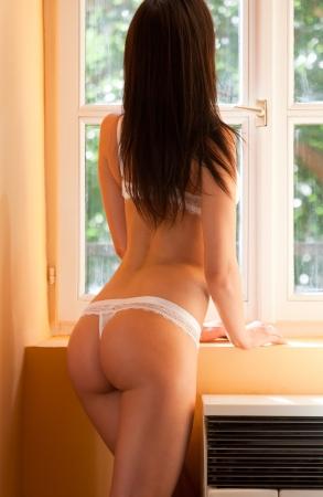 sensuel: Portrait de r�veur d�tendue lingerie b�b� dans l'�clairage en douceur