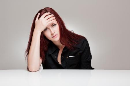 agotado: Retrato de una mujer joven y hermosa, con fuertes expresiones faciales. Foto de archivo