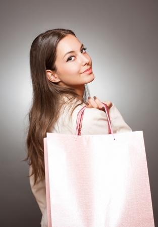 Portrait der eleganten kühle Brünette Schönheit mit Einkaufstaschen. Standard-Bild - 22531289