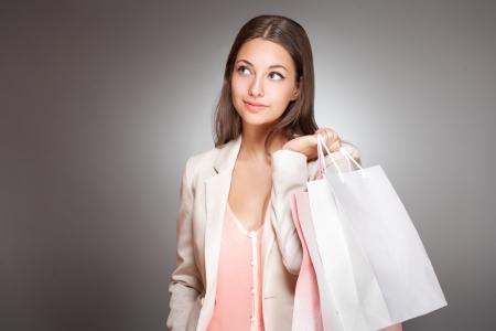 Porträt einer wunderschönen modische junge Brünette Shopper.