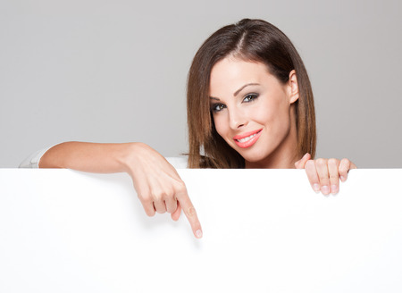 pont: Gyönyörű fiatal, barna nő, kezében nagy üres fehér tábla másolatát helyet.
