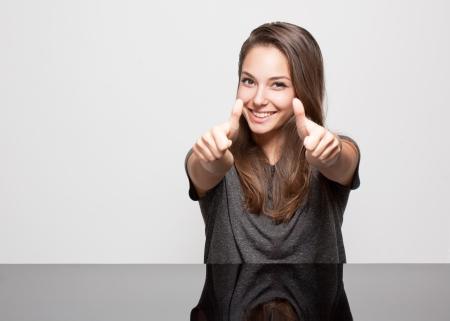 gestos: Retrato de mujer joven y bella morena con gestos expresivos.