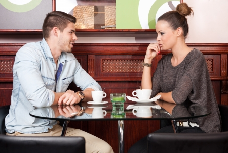 going out: Giovani coppie alla moda urbana che va su una data. Archivio Fotografico