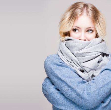 freddo: Ritratto di bellezza bionda inverno in luce swater blu e sciarpa. Archivio Fotografico